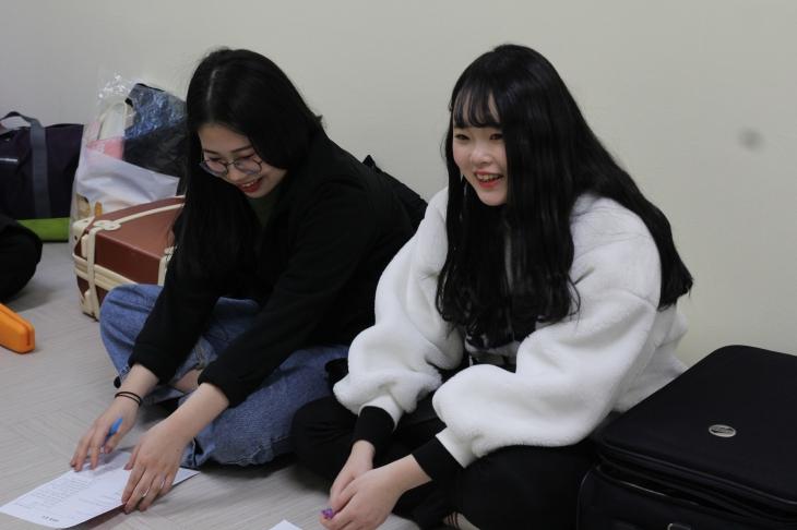 같은 반이 된 친구들과 즐겁게 이야기를 나누고 있는 학생들