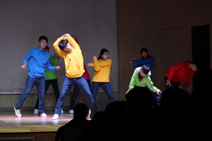 학생들의 마음에 활력을 주는 '라이쳐스스타즈'의 댄스