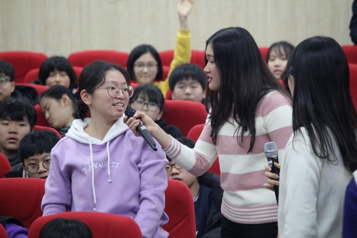 영어 시간에 적극적으로 발표를 하고 있는 학생들