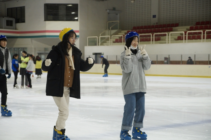 아이스링크장에서 즐겁게 스케이트를 타고 있는 누가반 학생들