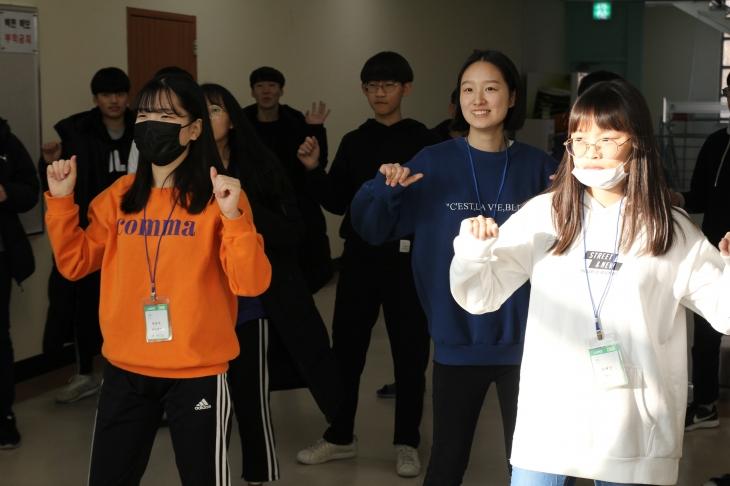 'IYF 동아리'시간 댄스를 준비하고 있는 학생들
