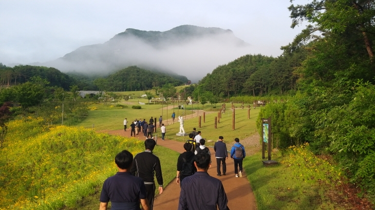태권도원을 산책하는 참석자들