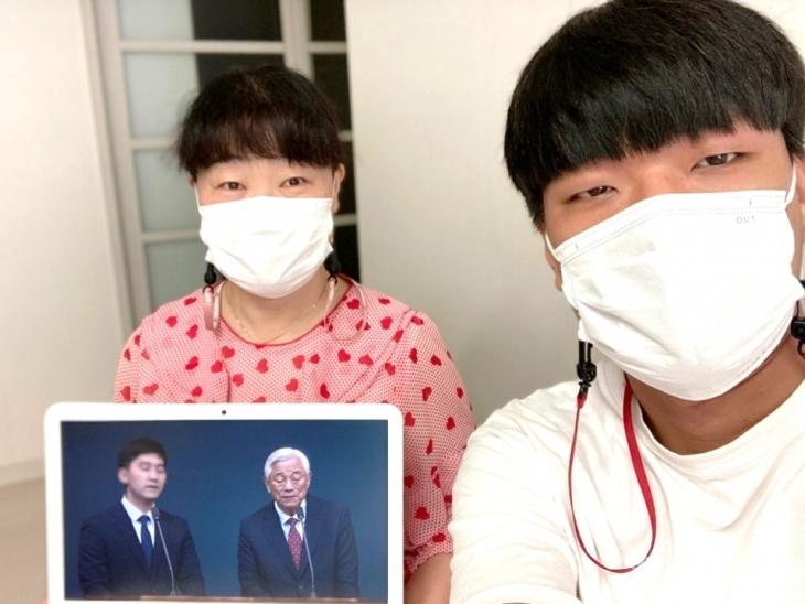 여름캠프 말씀을 통해 구원을 받게 된 김경아 자매의 아들(오른쪽)