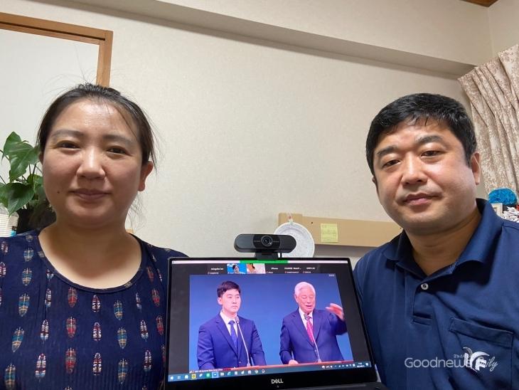 키노시타 아키라 집사와 아내가 함께 목사님 말씀을 듣고 있다.